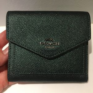 💓 Gorgeous metallic green coach wallet 💞